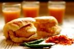 Famous Vada Pav Street Food in Mumbai..!!